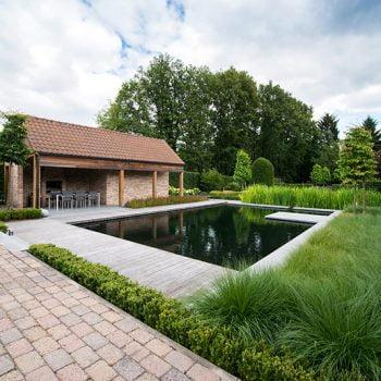 Klassieke tuin met zwembad