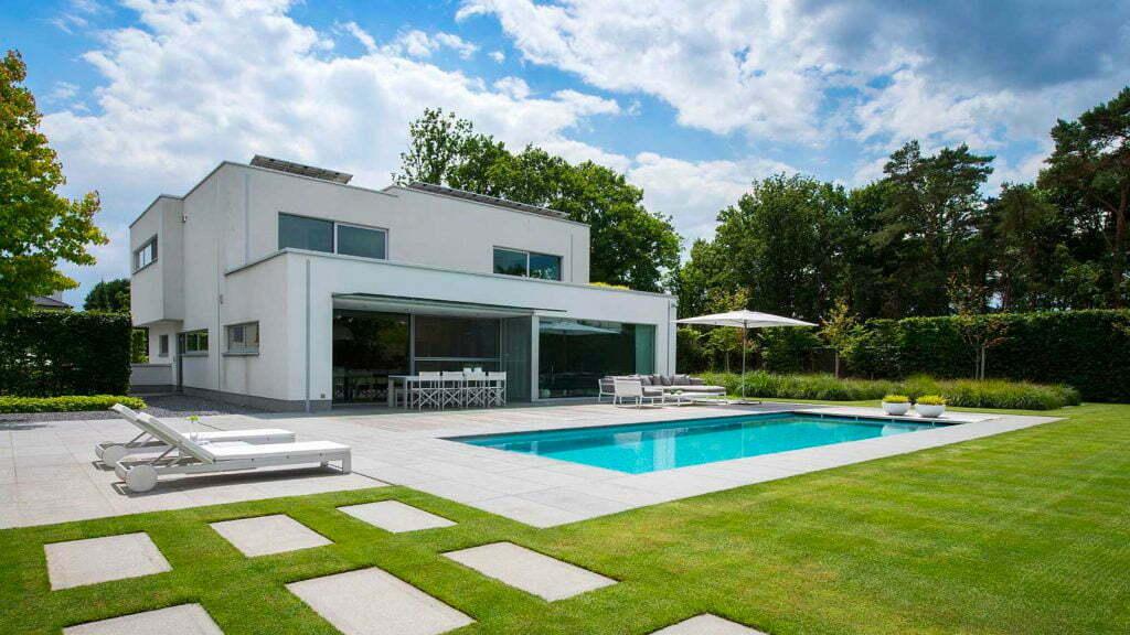 strakke moderne tuin met zwembad
