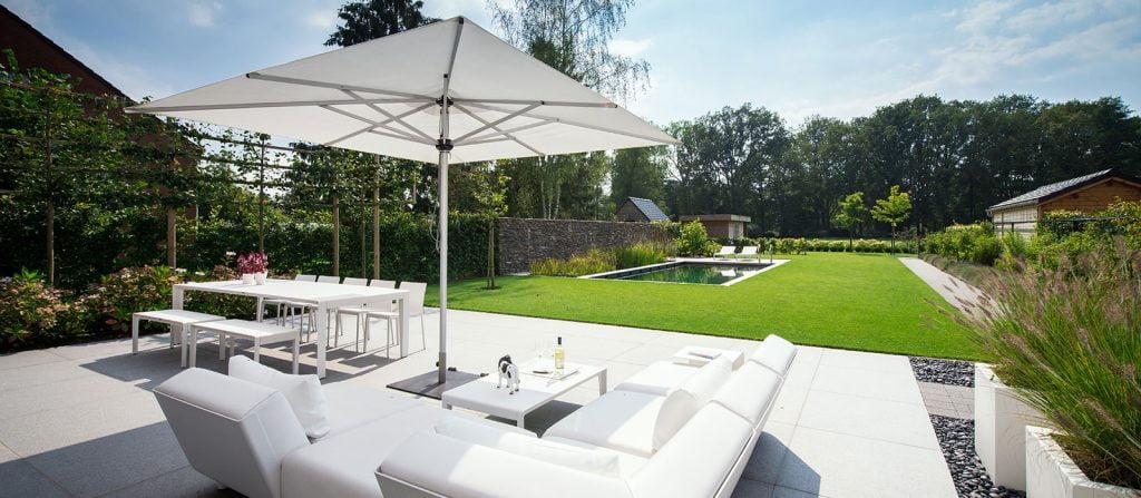 Moderne tuin met zwemvijver